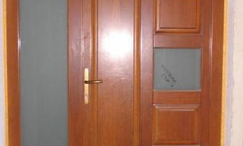 Mobciuta: Usi exterior din lemn stratificat